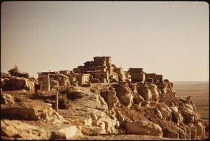 640px-ANCIENT_HOPI_VILLAGE_OF_WOLPI._THE_HOPI_RESERVATION_OCCUPIES_THE_CENTER_OF_THE_MUCH_LARGER_RESERVATION_OF_-_NARA_-_544421